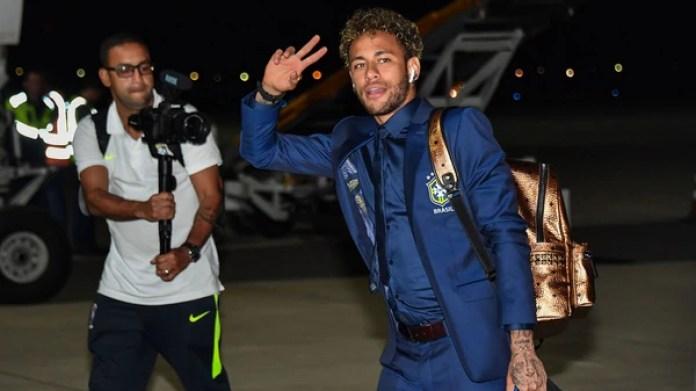 La bolsa de Neymar lleva bvordadas las imágenes de su familia (AFP)