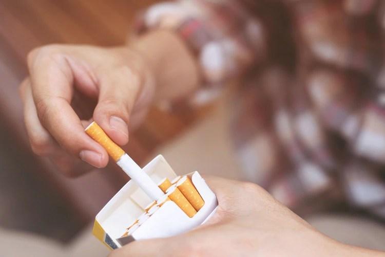 Un nuevo estudio publicado en la revista Lancet Respiratory Medicine asegura que fumar solo algunos cigarrillos por día causa un daño pulmonar similar a fumar más de un paquete por día (Shutterstock)