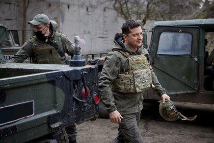 El presidente de Ucrania, Volodymyr Zelenskiy, visitó las posiciones de las fuerzas armadas cerca de la línea del frente con los separatistas apoyados por Rusia en la región de Donbass (Ukrainian Presidential Press Service/Handout via REUTERS)