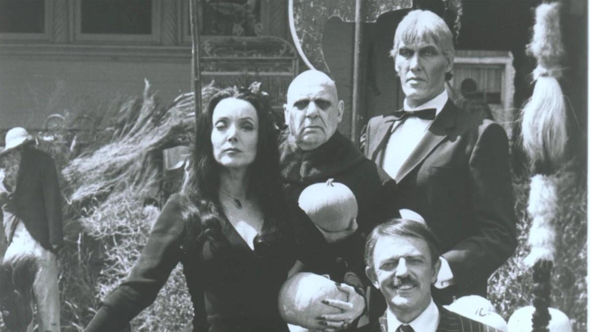 """Los Locos Addams: la historia detrás de """"una familia muy normal"""" y las mujeres que pudieron haber sido Morticia en la vida de su creador"""
