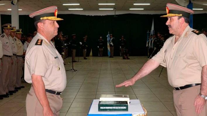 Andrés Severino, con su mano derecha extendida, nuevo jefe de la Gendarmería (foto de archivo)