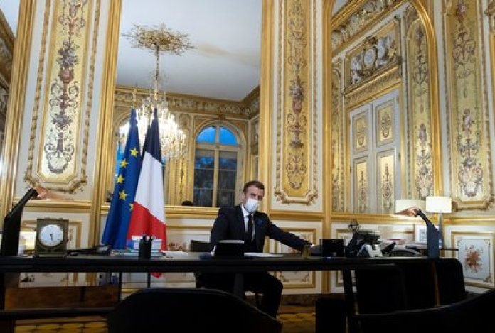 El momento en que Emmanuel Macron conversaba por teléfono con el presidente de Estados Unidos, Joe Biden (Ian Langsdon/Pool via REUTERS)