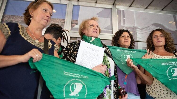 Nina Brugo, referente y cofundadora de la Campaña Nacional por el Derecho al Aborto Legal, Seguro y Gratuito, con la petición con la cual se manifestaron frente a la Casa de Tucumán (Colin Boyle)