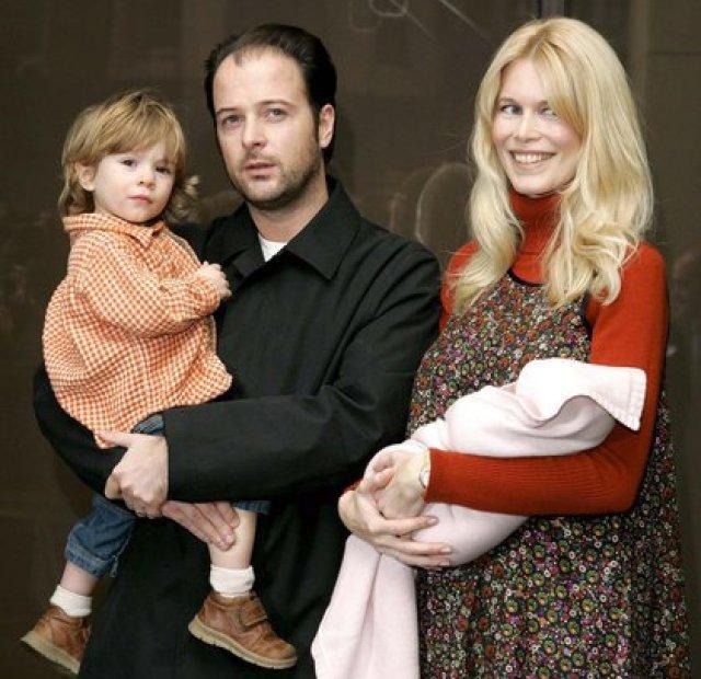Claudia Schiffer, Matthew Vaughn, su hijo Casper y la bebé Clementine en 2004 (Shutterstock)