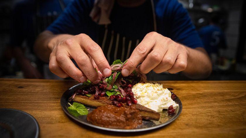Desde un pequeño local en Palermo, el chef Mariano Ramón recurre a sabores e ingredientes asiáticos y los une con los latinoamericanos para crear una experiencia sensorial única