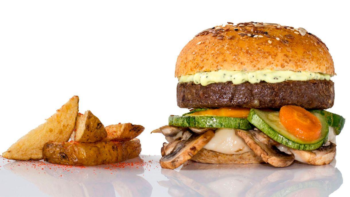 La hamburguesa de lenteja o garbanzo, con muzzarella vegetal y verduras asadas es de las premium en la primera cadena fast food vegana del país (Foto: Green Factory)