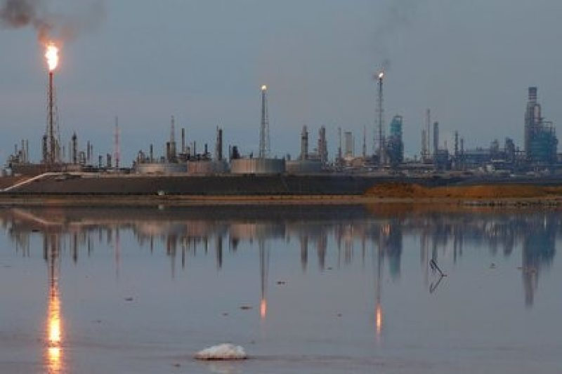 FILE PHOTO-A general view of the Amuay refinery complex owned by Venezuelan state oil company PDVSA in Punto Fijo, Venezuela, photo taken on November 17, 2016. REUTERS / Carlos Garcia Rawlins