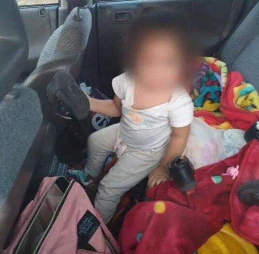 Una camioneta fue robada en Zapopan, Jalisco. En el interior se encontraban dos menores adentro de la unidad. Los ladrones, al percatarse de que las niñas viajaban en el auto, fueron abandonadas junto con el vehículo (Foto: Especial)