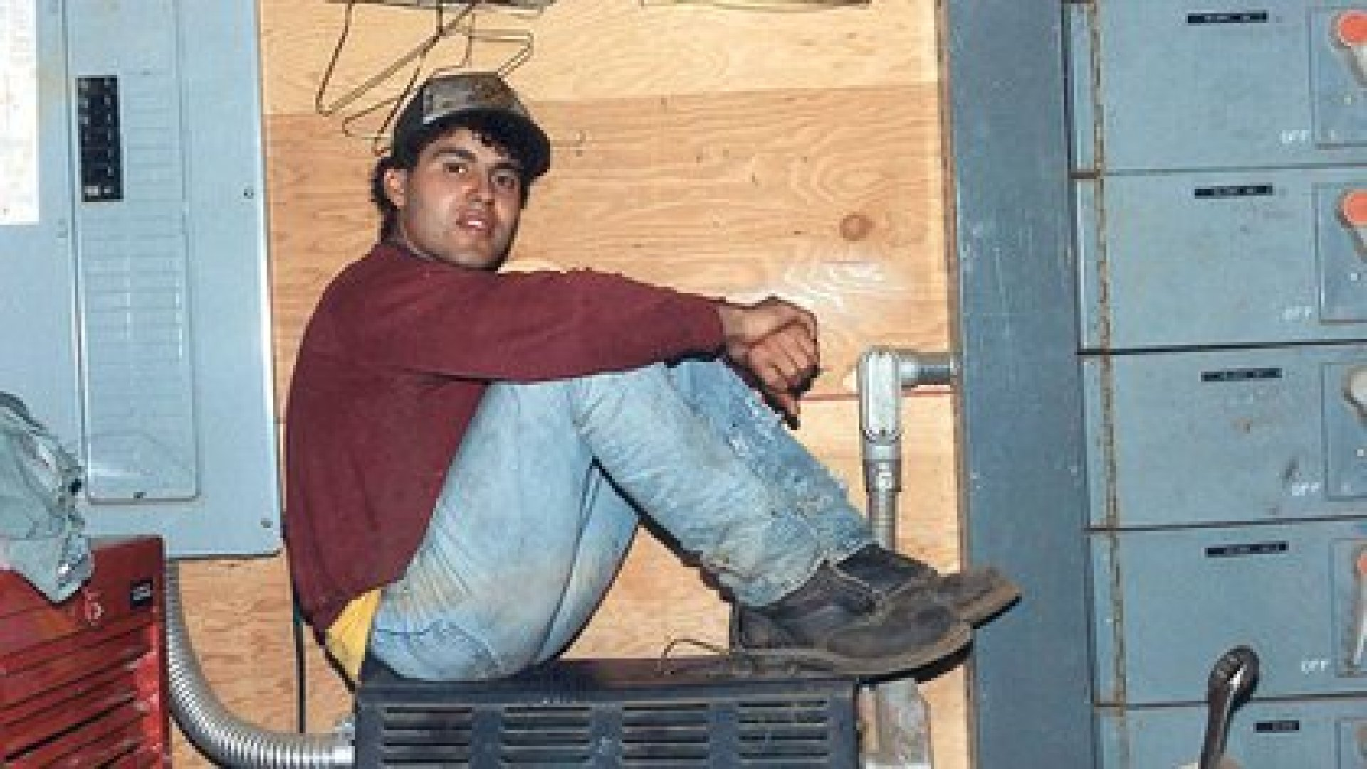Alfredo Quiñones Hinojosa en su juventud, cuando era un agricultor indocumentado