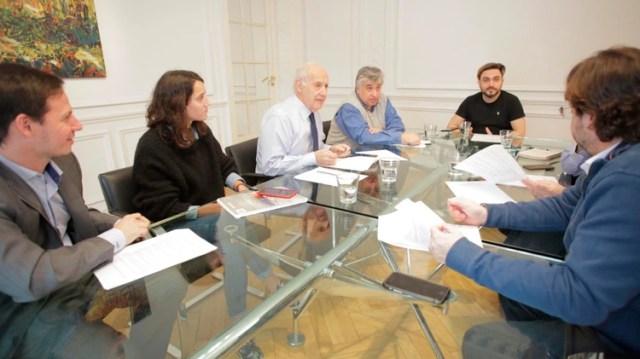 El economista junto a su equipo de trabajo en sus oficinas céntricas