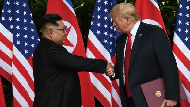 Kim Jong -un y Donald Trump en la cumbre de Singapur el 12 de junio de 2018 (Reuters)