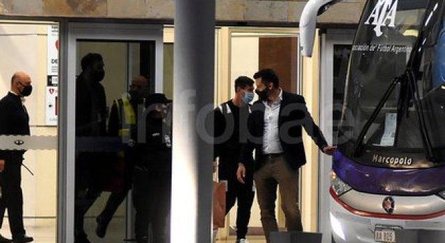 El momento en el que Messi y el resto de los jugadores abandonaban el aeropuerto (Foto: Nicolás Stulberg)