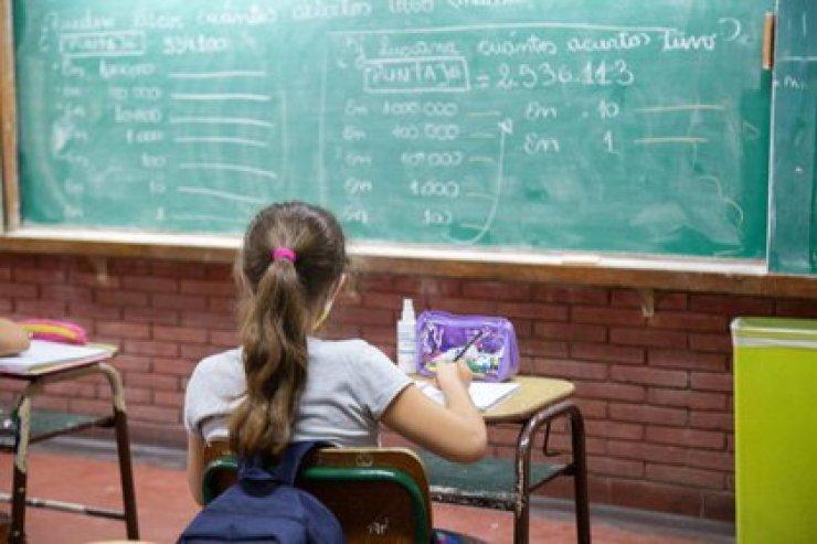El foco de las autoridades está puesto en las reuniones sociales y no en escuelas y fábricas