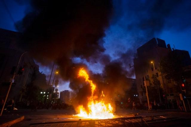 Una barriada armada por manifestantes en el centro de Santiago. (Photo by CLAUDIO REYES / AFP)