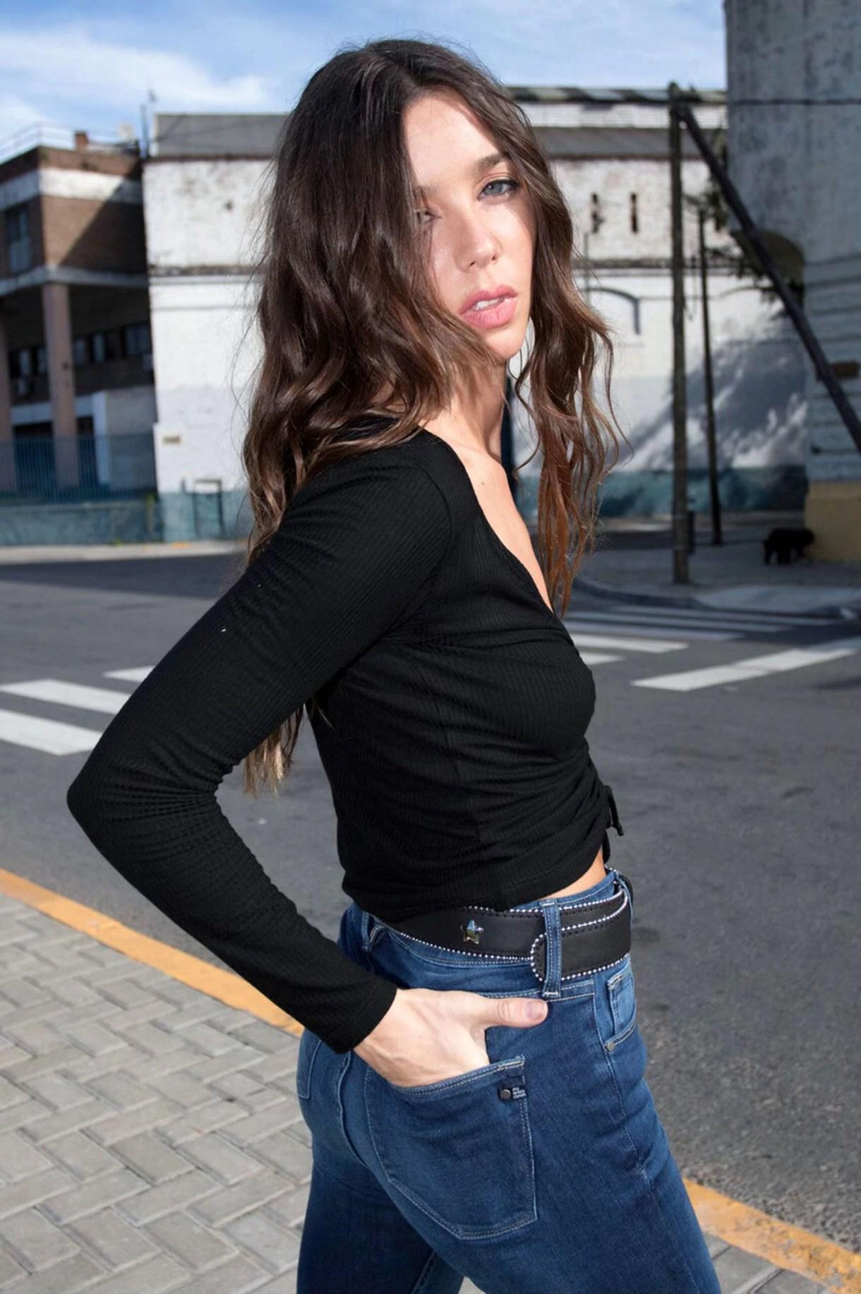 """Los favoritos de Lucía: """"Para el día tiene que ser muy simple y cómodo, con un par de jeans o unas buenas calzas engomadas, un sweater y abrigo estoy perfecta. Completo el look con una buena cartera, zapatillas o borcegos. De noche, juego más con los accesorios, los clutches y el color. Si el evento es muy exigente elijo un buen vestido que no sea pretencioso"""""""