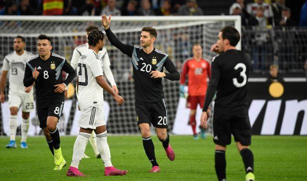 Lucas Alario, con un gol y una asistencia, fue la gran figura de Argentina en el empate ante Alemania en Dortmund (Photo by Ina FASSBENDER / AFP)