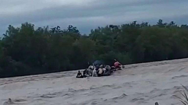 """El drama de los viajeros en el gomón que se hundió en el Río Bermejo: """"Vi como un padre soltó a su hijo para salvar a su esposa"""""""