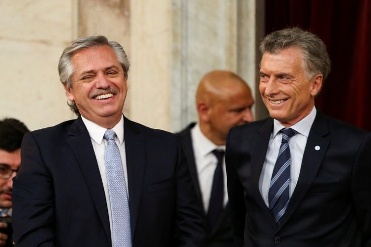 Alberto Fernández y Mauricio Macri, en el acto de traspaso presidencial. Tras las PASO de agosto, el dólar tuvo un transitorio respiro en torno de los 60 pesos luego de que ambos conversaran por teléfono