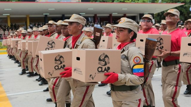 Las milicias portan las cajas CLAP, símbolo del control social del régimen chavista (Reuters)