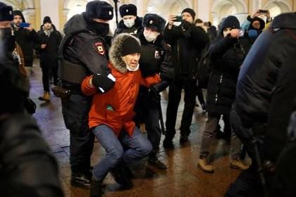 Seguidores de Navalny fueron detenidos durante una protesta en San Petersburgo (REUTERS/Anton Vaganov)