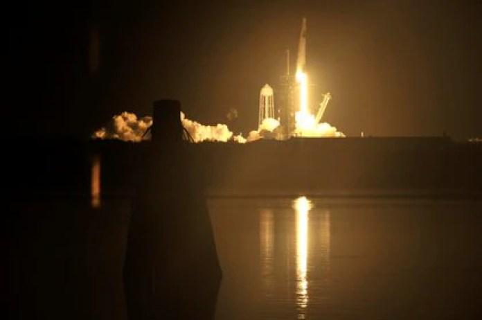 El lanzamiento del cohete Falcon 9 debió postergarse 24 horas por la tormenta tropical Eta (REUTERS/Steve Nesius)
