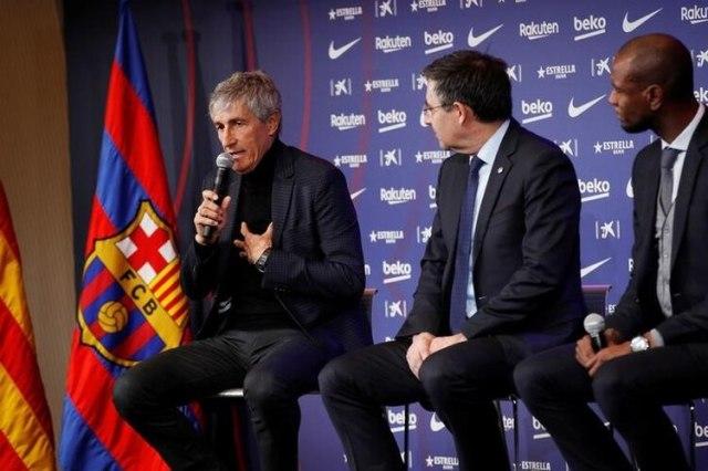 Josep Maria Bartomeu, presidente del FC Barcelona, y Eric Abidal, director deportivo, presentan al nuevo entrenador del club, Quique Setién, durante una conferencia de prensa. 14 de enero de 2020. REUTERS/Albert Gea.