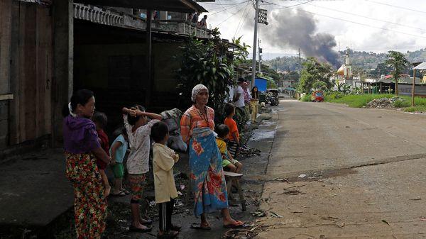 Abitantes de Marawi durante la ofensiva de las tropas filipinas contra el Estado Islámico (Reuters)
