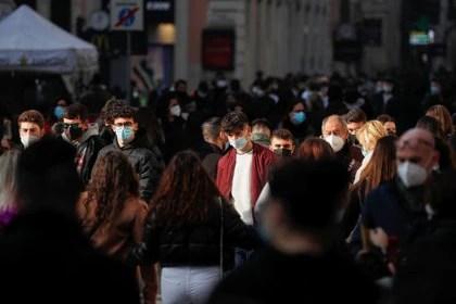 Incluso con los pasaportes de salud en la mano, las medidas de distanciamiento social aún tendrán que permanecer vigentes durante mucho tiempo (REUTERS)