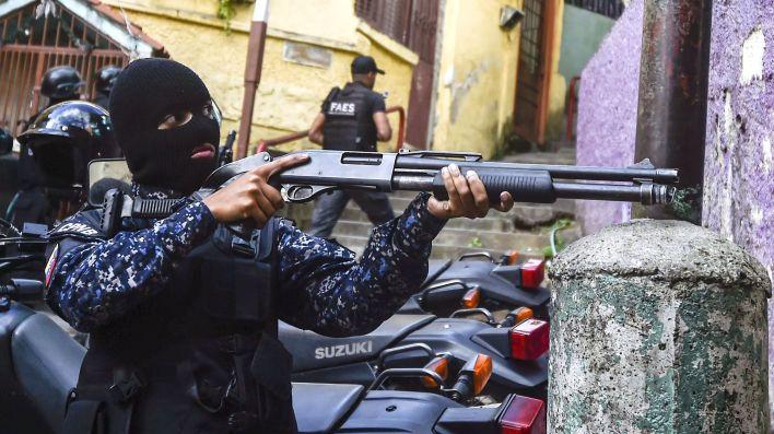 LaFAES (Fuerza de Acción Especial de la Policía Nacional Bolivariana) tomó fuerza como grupo de tareas. De manera sigilosa, sin grandes operativos y con agentes anónimos -van siempre con la cara cubierta- se ocuparon de sofocar cualquier protesta en los barrios más pobres del país.