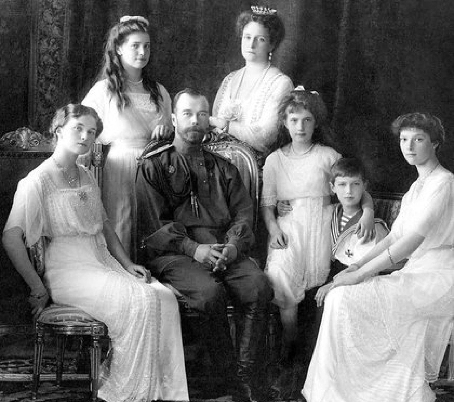 La familia imperial completa: Nicolás II Romanov, Alexandra, sus cuatro hijas, Olga, Tatiana, María y Anastasia, y el único varón, Aleksei