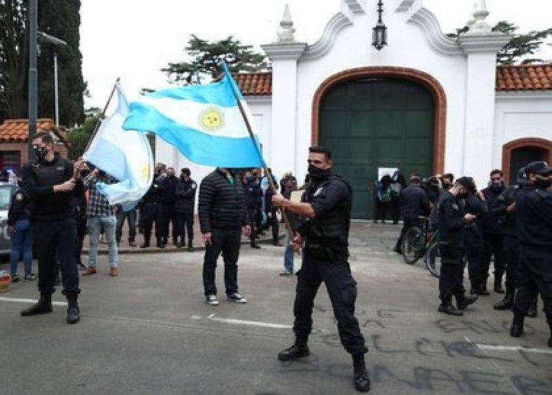 Policías bonaerenses, en la protesta a las puertas de la residencia de Olivos.