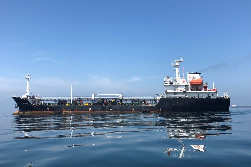 FOTO DE ARCHIVO: Se ve un petrolero en el mar frente a la refinería de petróleo de Puerto La Cruz en Puerto La Cruz, Venezuela Julio 19, 2018. Foto tomada en Julio 19, 2018. REUTERS/Alexandra Ulmer/Foto de Archivo.