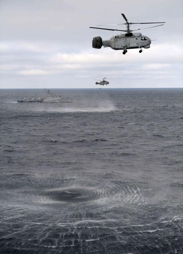 Los helicópteros militares rusos KA-27M vuelan durante los ejercicios conjuntos de las flotas del Mar del Norte (Sputnik/Alexei Druzhinin/Kremlin vía REUTERS)