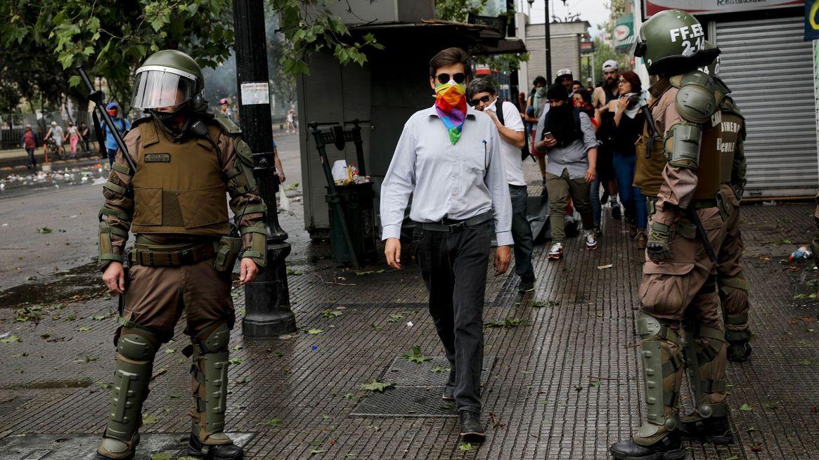 Cientos de personas fueron detenidas por violar el toque de queda (AP)