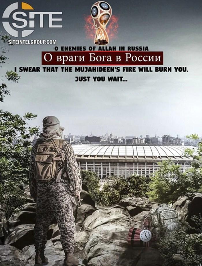 """Un soldado del """"califato"""" armado con un AK-47 y explosivos observa el estadio de Luzhniki en Moscú"""