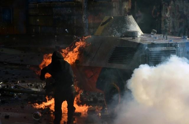 Un manifestante arroja una piedra en Santiago (AFP)