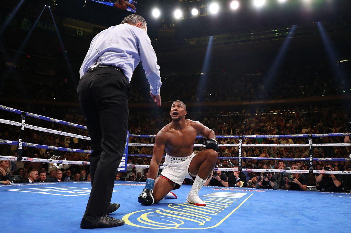 Joshua quedó sentido. Lo salvó la campana en ese momento. No volvió a ser el mismo a lo largo de toda la pelea. Era un combate sencillo en los papeles que de golpe se había transformado en su noche negra. El séptimo asalto sería su final (AFP)