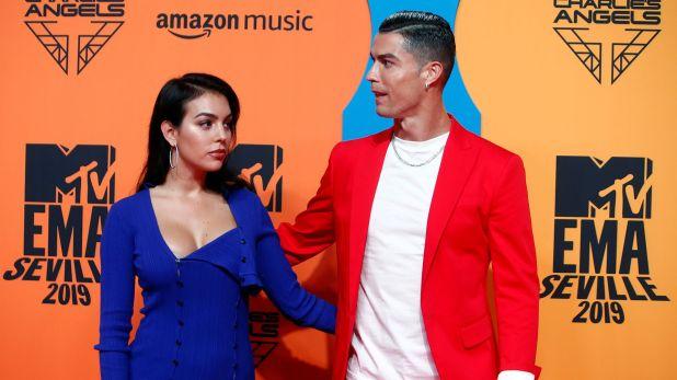 Cristiano Ronaldo y Georgina Rodriguez posan en la alfombra roja de los premios MTV 2019 (REUTERS/Jon Nazca)