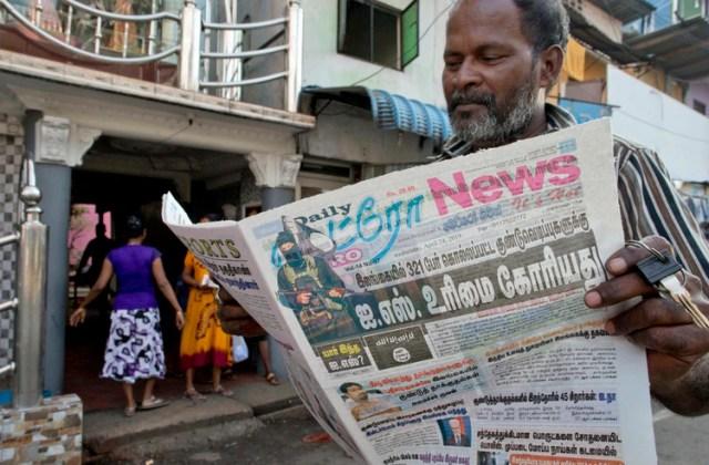 Un hombre lee un periodo con un titular que recoge la reclamación de Estado Islámico sobre la autoría de los ataques del Domingo de Pascua en Colombo, Sri Lanka, el 24 de abril de 2019. (AP Foto/Gemunu Amarasinghe)
