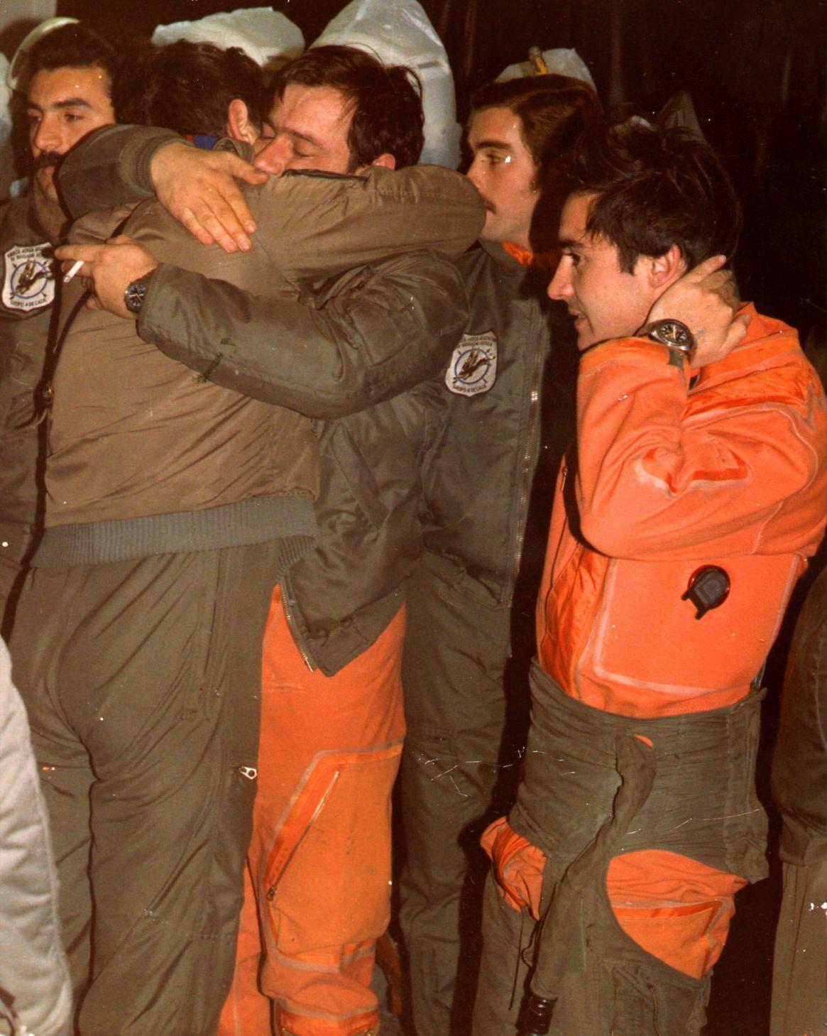 No hayconsuelo. El abrazo fraternal entre los compañeros por la pérdida de dos héroes y mártires. Isaac, a la derecha, será inmediatamente conducido al interrogatorio de Inteligencia Militar.