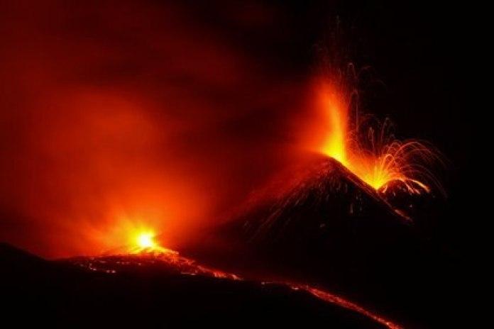 Los ríos da lava eran bien visibles durante la madrugada (REUTERS/Antonio Parrinello)