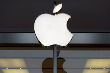 Fotografía de archivo del logotipo de la compañía Apple en una tienda de Apple en Washington (EE.UU.). EFE/SHAWN THEW/Archivo