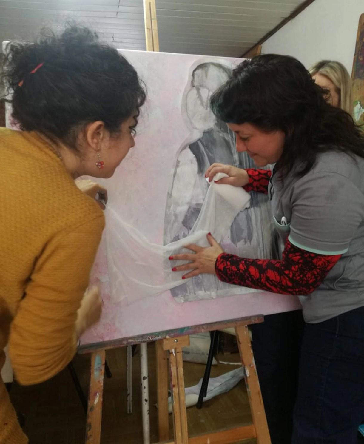 En proceso de creación de Abrazo, la obra inspirada por una foto