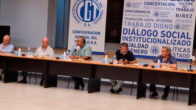 Los principales dirigentes de la CGT en un plenario del consejo