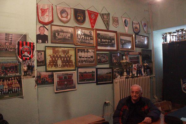 Petar Milosavljevic, en lasoficinas del club serbio Trepča. (Fotos: Ignacio Hutin)