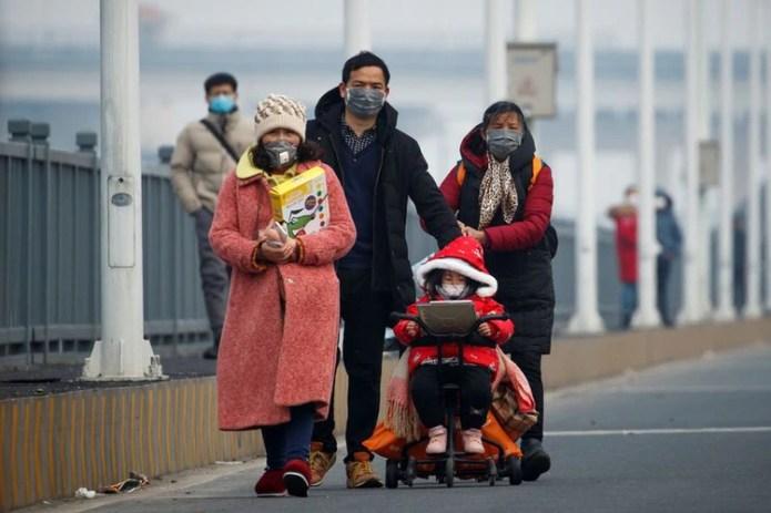 La gente llega desde la provincia de Hubei a un puesto de control en el puente del río Yangtsé en Jiujiang, provincia de Jiangxi (China), mientras el país se ve afectado por un brote de un nuevo coronavirus, el 1 de febrero,2020. REUTERS/Thomas Peter