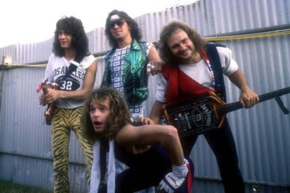 Eddie Van Halen , Alex Van Halen, Michael Anthony y David Lee Roth en Donington Park, Inglaterra, en agosto de 1984 (Andre Csillag/Shutterstock)