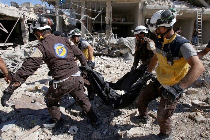 Los habitantes huían de la zona cargando niños, muchos descalzos (AFP)