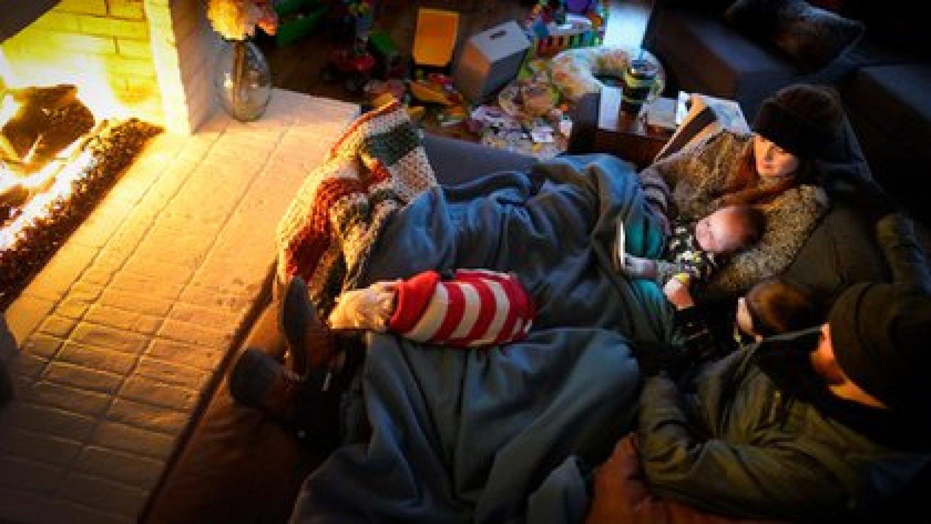 Una familia buscando calor (AP)