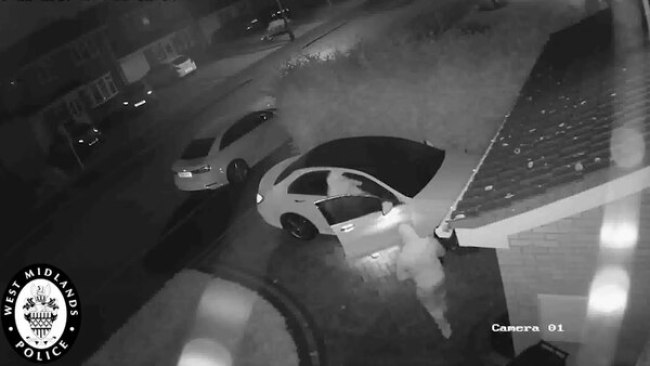 Una vez que las defensas del auto están apagadas, pueden abrir las puertas sin problema